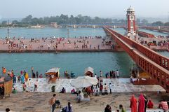 Leute auf dem Ganga-Flussdamm, Har Ki Pauri Har Ki Pauri ist ein berühmtes ghat auf den Banken des Ganges in Haridwar Stockfotos