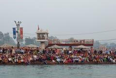 Leute auf dem Ganga-Flussdamm, Har Ki Pauri Har Ki Pauri ist ein berühmtes ghat auf den Banken des Ganges in Haridwar Stockbild