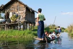 Leute auf dem Rudern eines Bootes am Dorf von Maing Thauk stockfoto