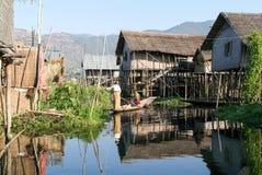 Leute auf dem Rudern eines Bootes am Dorf von Maing Thauk stockbilder