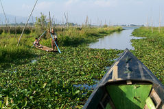 Leute auf dem Rudern eines Bootes am Dorf von Maing Thauk lizenzfreies stockbild