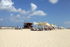 Leute auf dem Sand setzen in Hertzlija Pituah, Israel auf den Strand Stockbilder