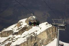 Leute auf dem Skiaufzug in der Schweiz Stockfotografie