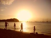 Leute auf dem Sonnenuntergang Stockfotografie