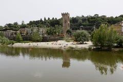 Leute auf dem Strand in der Arno-Fluss Stockbild