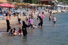 Leute auf dem Strand in Elat Stockfotos