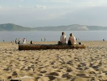 Leute auf dem Strand, freands, Kommunikation, Paare stockbild