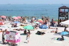 Leute auf dem Strand in Odessa, Ukraine Stockbild