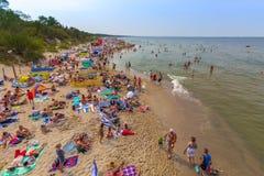 Leute auf dem Strand-Polen-baltischen Meer stockfotos