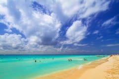 Leute auf dem Strand von Playacar in karibischem Meer Stockbilder