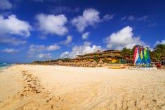 Leute auf dem Strand von Playacar in karibischem Meer Stockfotografie