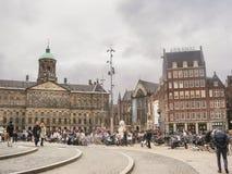 Leute auf dem Verdammungs-Quadrat vor Amsterdam Royal Palace. N Lizenzfreie Stockbilder