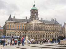 Leute auf dem Verdammungs-Quadrat vor Amsterdam Royal Palace. N Stockbild