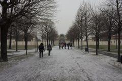Leute auf dem Weg, den das zu Belvederegebäude in Wien führte stockbild