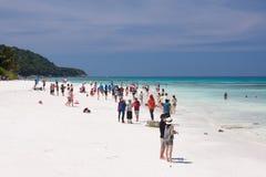 Leute auf dem weißen Sandstrand Lizenzfreie Stockbilder