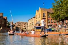 Leute auf den Kanälen von Cambridge, England, Vereinigtes Königreich stockbilder