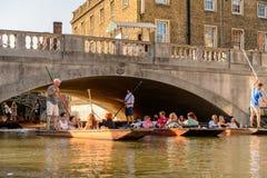 Leute auf den Kanälen von Cambridge, England, Vereinigtes Königreich lizenzfreies stockfoto