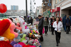 Leute auf den Straßen von Wladiwostok, Russland Lizenzfreie Stockbilder