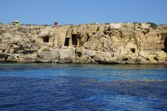 Leute auf den wunderbaren Stränden und dem Meer von Favignana-Insel in S Stockfotos