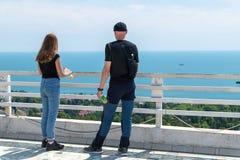 Leute auf der Betrachtenplattform in Sochi Russland lizenzfreies stockfoto