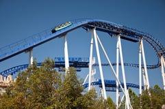 Leute auf der blauen Achterbahn Lizenzfreie Stockbilder