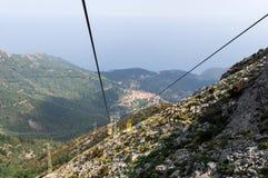 Leute auf der Drahtseilbahn, die oben Berg Capanne geht Lizenzfreie Stockbilder