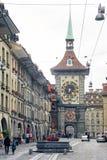 Leute auf der Einkaufsgasse mit dem berühmten clocktower von Bern Stockbild
