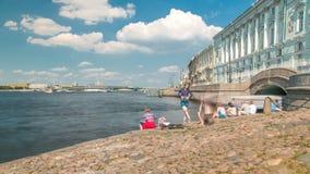 Leute auf der Einsiedlereibrücke und -treppe nahe dem Neva River-timelapse stock video footage