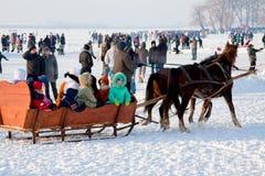 Leute auf der Feier der Wintertag Lizenzfreie Stockfotografie