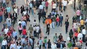 Leute auf der Istiklal-Straße in Istanbul stock video
