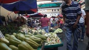 Leute auf der Straße besetzt von den Gemüseverkäufern stock video