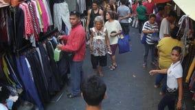 Leute auf der Straße besetzt von den zusätzlichen Verkäufern stock video footage