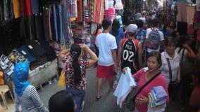 Leute auf der Straße besetzt von den zusätzlichen Verkäufern stock footage