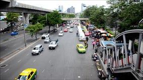 Leute auf der Verkehrsstraße in Bangkok Thailand stock footage