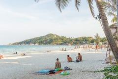 Leute auf der Vollmondpartei setzen in Koh Pangan auf den Strand stockbild
