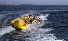 LEUTE AUF EINEM BANANEN-BOOT Lizenzfreies Stockfoto