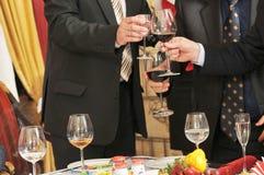 Leute auf einem Bankettgetränkalkoholischen getränk. Lizenzfreies Stockbild