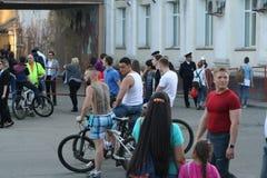 Leute auf einem Stadt holida stockfoto