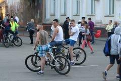 Leute auf einem Stadt holida stockbilder