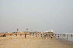 Leute auf einem Strand in Accra, Ghana Lizenzfreies Stockfoto