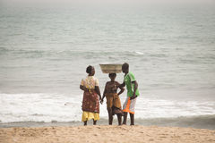 Leute auf einem Strand im Kap fahren, Ghana die Küste entlang Stockbilder