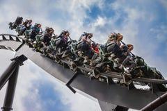 Leute auf einer Achterbahn Stockbild