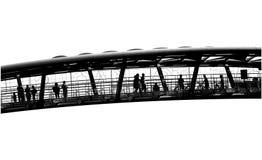 Leute auf einer Brücke Stockfoto