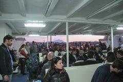 Leute auf einer Fähre in Neapel Stockbild