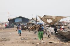 Leute auf einer Straße in Jamestown, Accra, Ghana Stockfotografie