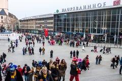 Leute auf einer Weise, einen Karneval in Köln zu besuchen Stockfotografie