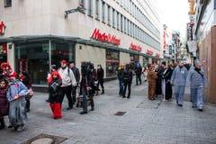 Leute auf einer Weise, einen Karneval in Köln zu besuchen Lizenzfreies Stockbild