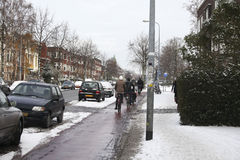 Leute auf Fahrrädern im Winter Stockbild