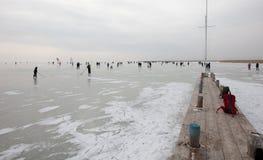 Leute auf gefrorenem See Stockbilder