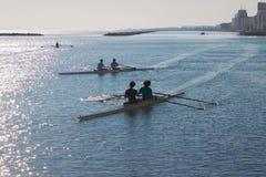 Leute auf Kajaks in den Paaren im Meer bei Sonnenaufgang in Italien lizenzfreie stockfotos